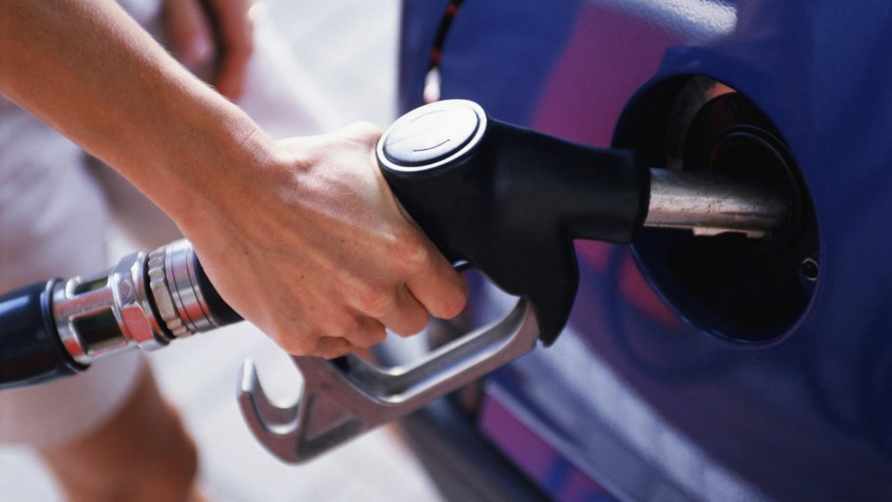 7. Использование мобильного телефона во время заправки автомобиля может стать причиной взрыва. мифы, разрушители легенд, факты