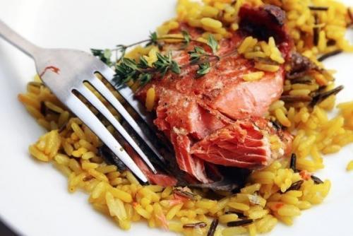 Нарядный лосось в медово — соевом соусе.