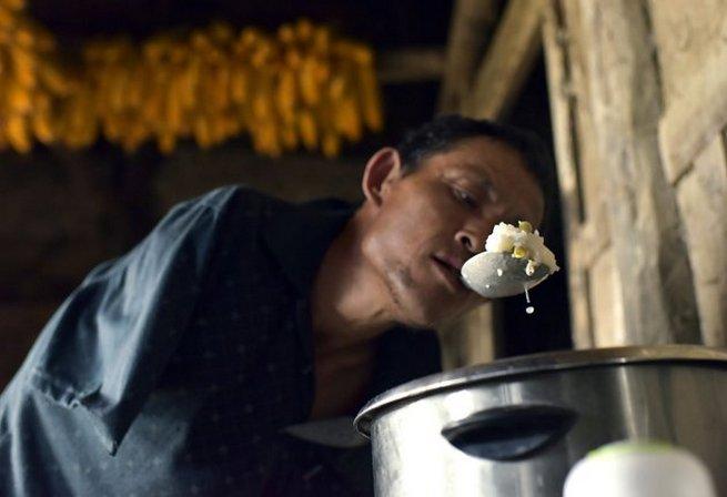 Чэнь Ксиньгуин, будучи инвалидом без рук, заботится о старой матери