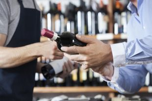 Как открыть бутылку вина без штопора?