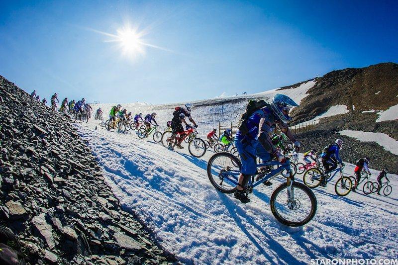 Mountain of Hell спуск велогонщиков с горы велогонки, велосипед и эндуро, гонка, спуск с горы на велосипеде, экстремальный спорт, экстрим, эндуро