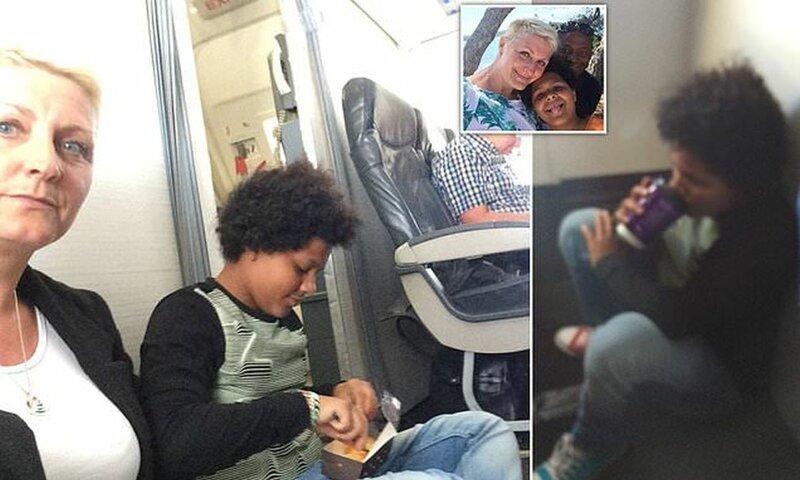 Пассажиры были вынуждены сидеть на полу во время полета, так как их места оказались фикцией (5 фото)