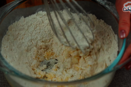 Луковый пирог с куриными яйцами и сыром в духовке: фото шаг 2