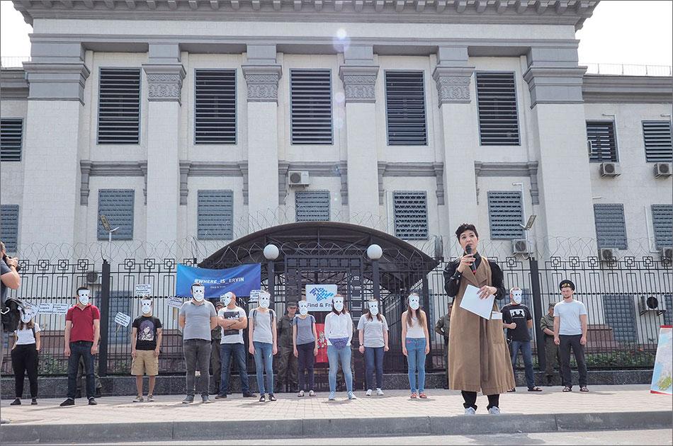 Закрыть посольства в Киеве и Москве