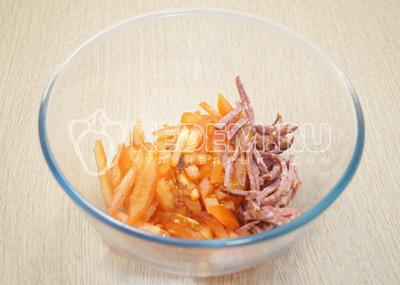 В миску нарезать соломкой колбасу и помидоры.