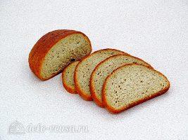 Горячие бутерброды с колбасой и сыром: Порезать хлеб