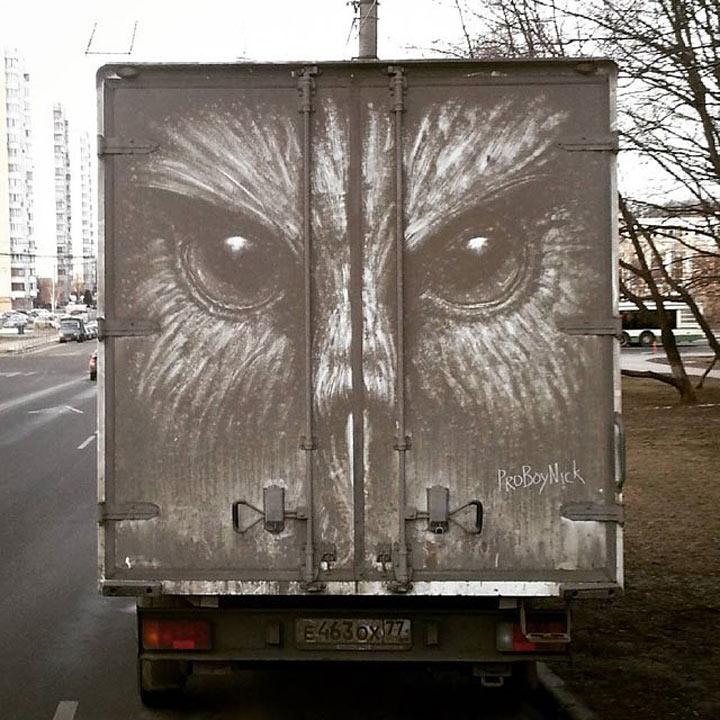 Он создает шедевр даже из грязной машины…Талант!