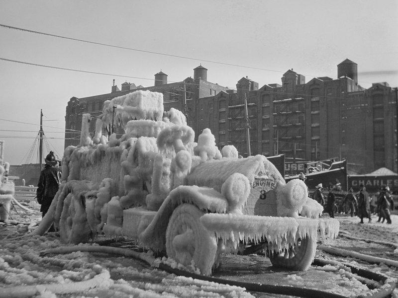 Ледяные фигуры пожарных машин после тушения пожара