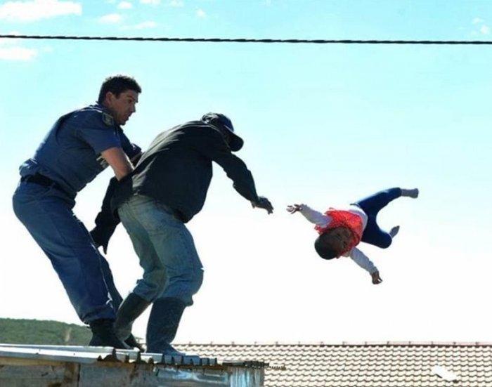 Отец сбросил с крыши шестимесячную дочь в знак протеста