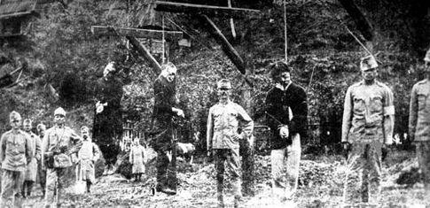 Повешенные галичане и позирующие на их фоне австрийские зольдаты
