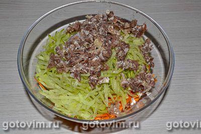 Салат из зеленой редьки с мясом и яичными блинчиками, Шаг 06