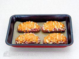 Горячие бутерброды с колбасой и сыром готовы