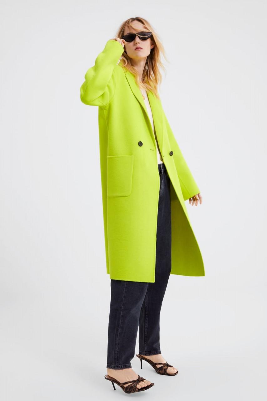 Модель в неоново желтом пальто оверсайз