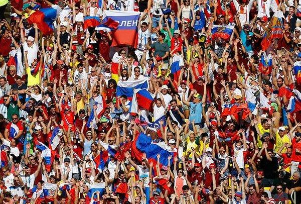 Иностранцы: «это невероятно, но гимн России поет весь стадион!»