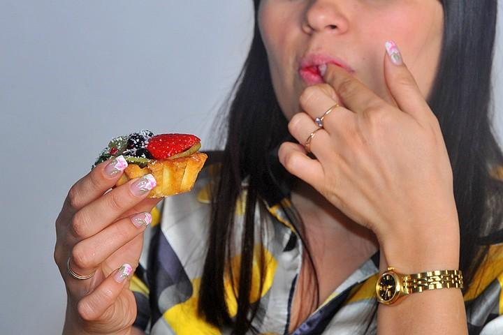 Москвичка умерла, подавившись пирожным, во время конкурса на поедание десертов в баре