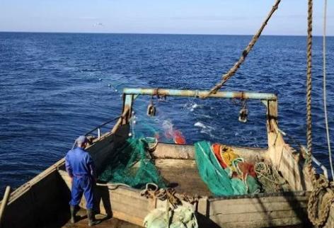 Крымские пограничники задержали украинское судно с браконьерами