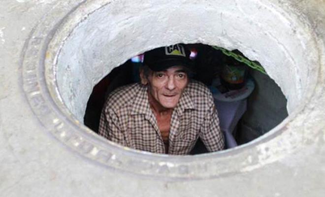 Муж и жена 22 года живут в канализации. В такой дом просто невозможно поверить!
