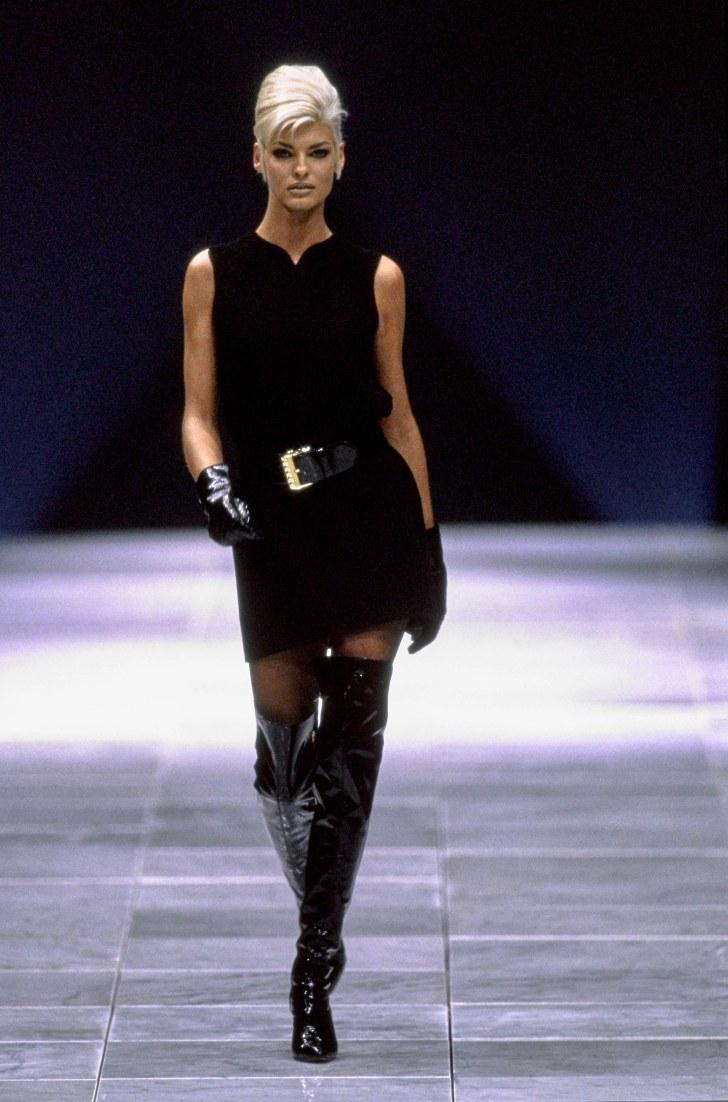 Взгляд в прошлое: 30 роскошных образов старых показов Versace