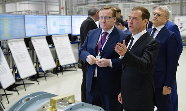Медведев назвал критически важным в условиях санкций развивать производство оборудования