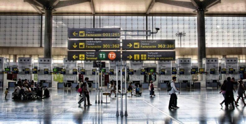 В столичных аэропортах запретили сидеть на полу и лежать на сиденьях