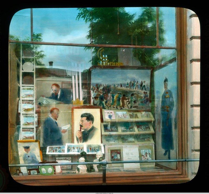 Витрина магазина с портретами Ленина и Сталина Бренсон ДеКу, кадр, люди, одесса, фото, фотограф