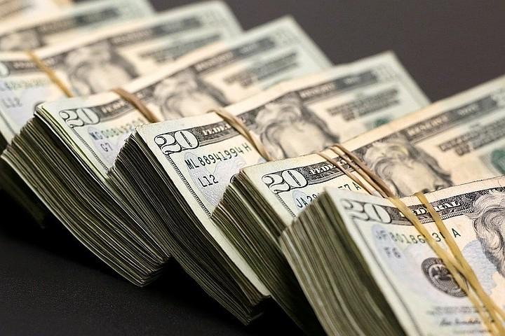 Курс доллара на 23 апреля 2018 года установлен на уровне 61,76 рублей, евро снизился до 75,79 рублей