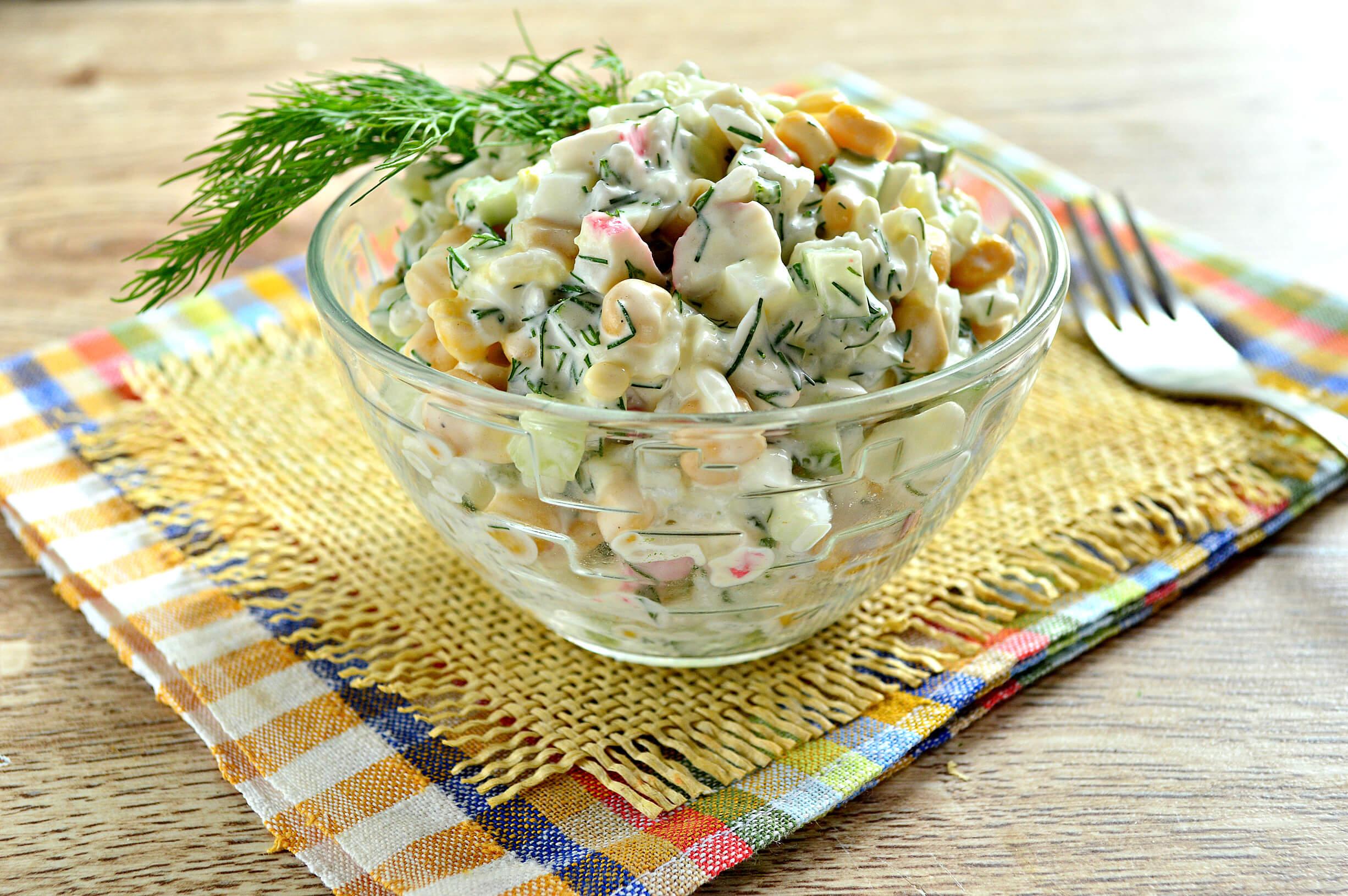 Крабовый салат со свежим огурцом и кукурузой