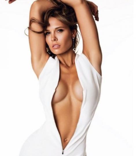 Мария Горбань показала шикарную грудь в платье с вырезом до пупка