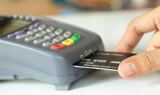 Скрытые комиссии. За что с владельцев кредиток берут дополнительную плату