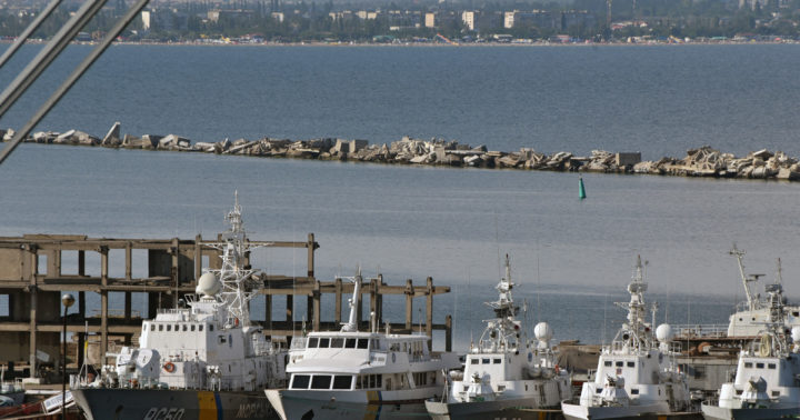 Более ста кораблей заблокиро…