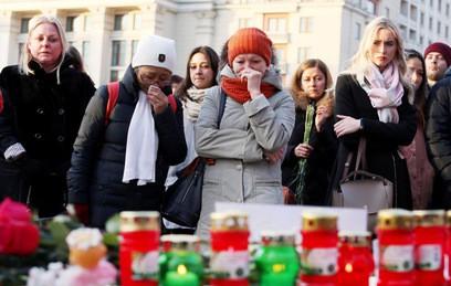 Москвичи несут цветы на Манежную площадь в память о погибших в Кемерове