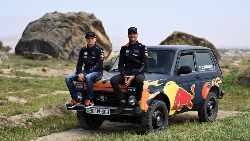 """Видеофакт. Гонщики Red Bull Racing испытали российскую """"Ниву"""""""