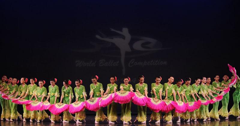 Девушки с цветными веерами вышли на сцену. Когда они затанцевали, весь зал затаил дыхание!