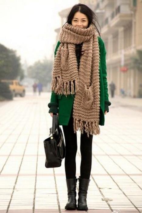 На смену снудам пришли широкие вязанные шарфы.