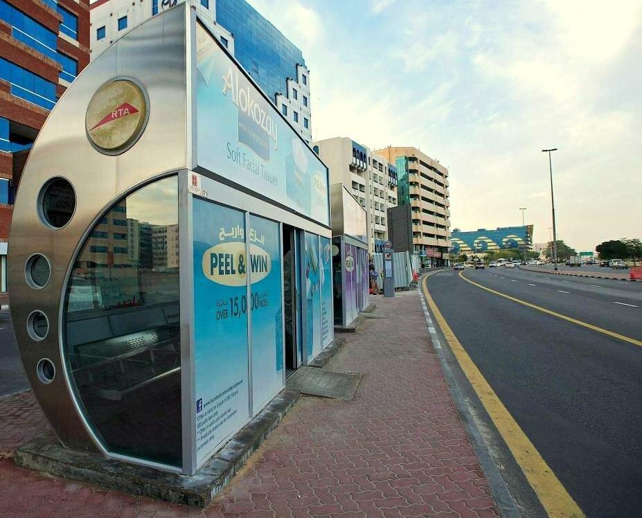 Фото автобусной остановки в Дубае.