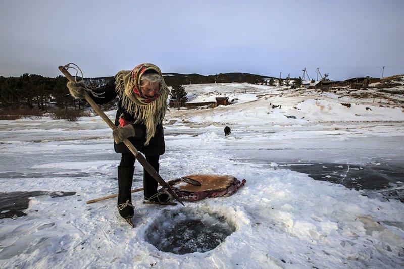 Питьевую воду она берет из Байкала. Носит ведра с водой домой каждый день байкал, истории людей, коньки, лед на Байкале, люди, пенсионерка, россия, удивительные люди