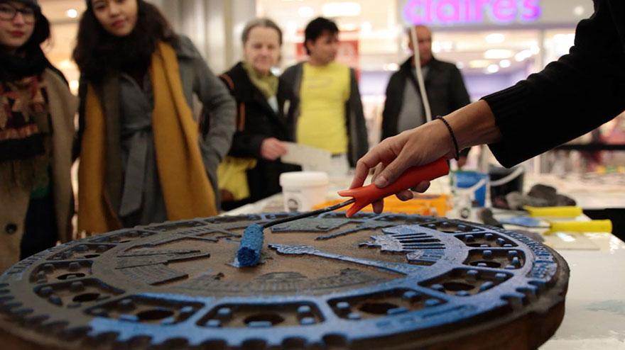 Берлинские художники делают принты на футболках с помощью канализационных люков