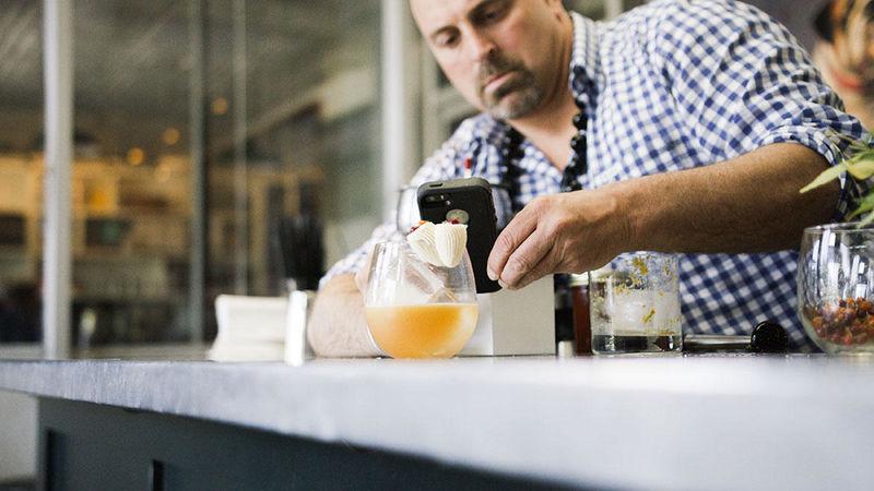 Бармен печатает коктейли и украшения для них на 3D-принтере