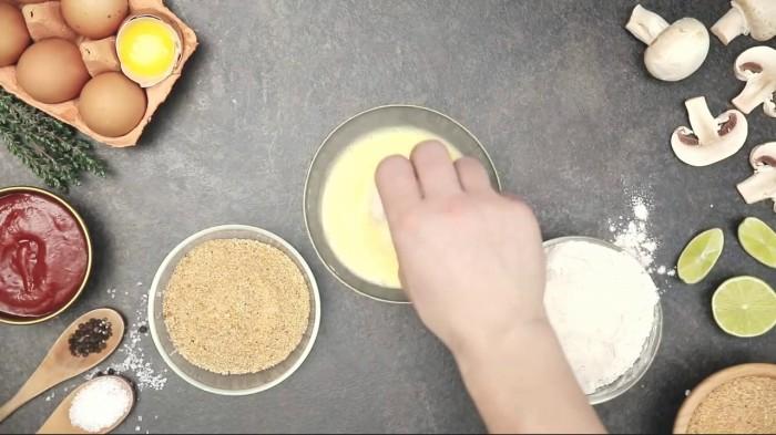 Жареные шампиньоны во фритюре.  Фото: youtube.com.