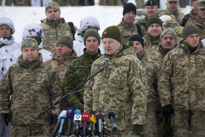 «Позовите санитаров!»: в Сети отреагировали на слова Порошенко об угрозе со стороны России