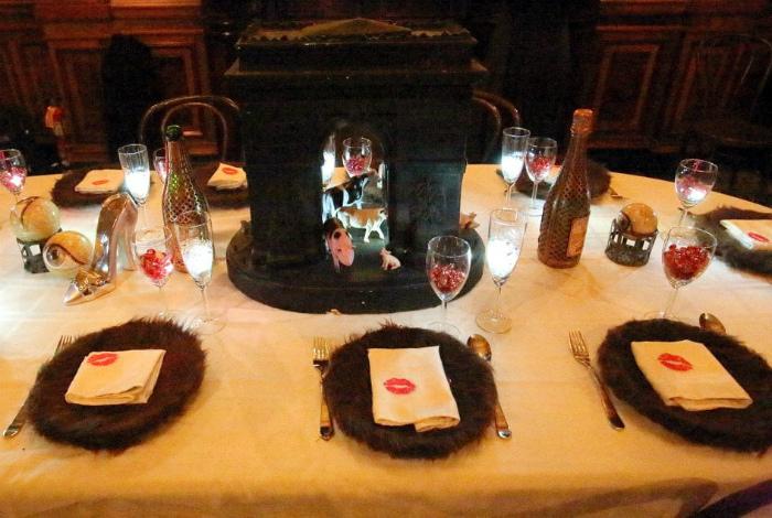 Салфетками уже кто-то пользовался, а тарелки вообще атас. | Фото: La Gazette de Gaia.
