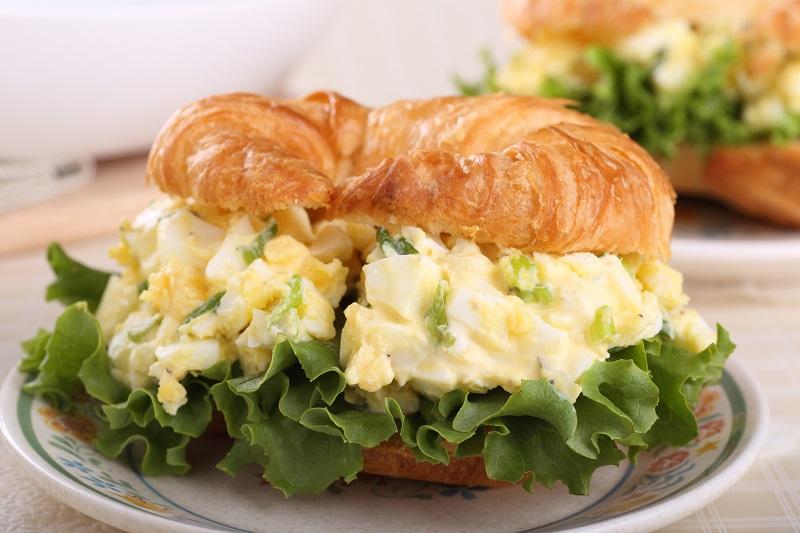 салат с яйцом и зеленым луком