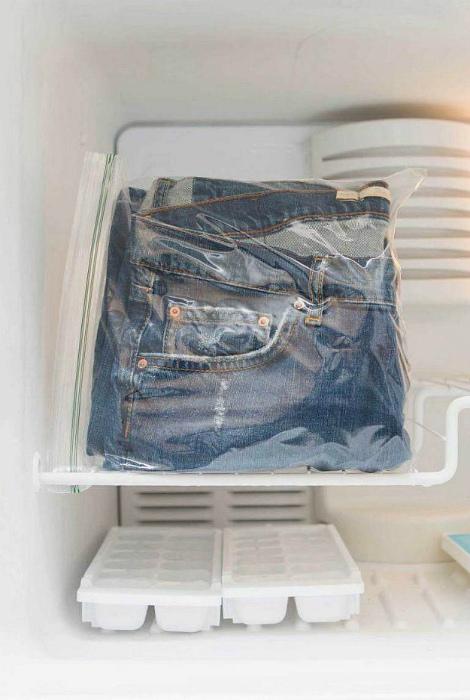 Освежить джинсы без стирки. | Фото: Pinterest.