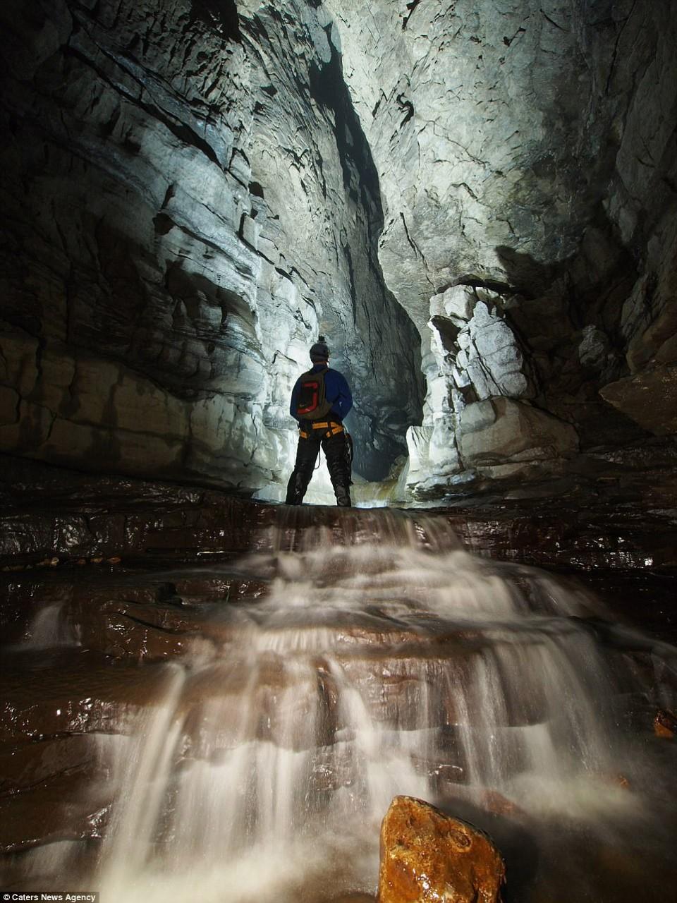 Пещера с квасцовым камнем и ручьем