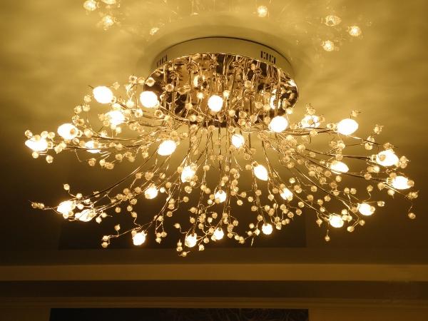 люстры для натяжного потолка фото для зала