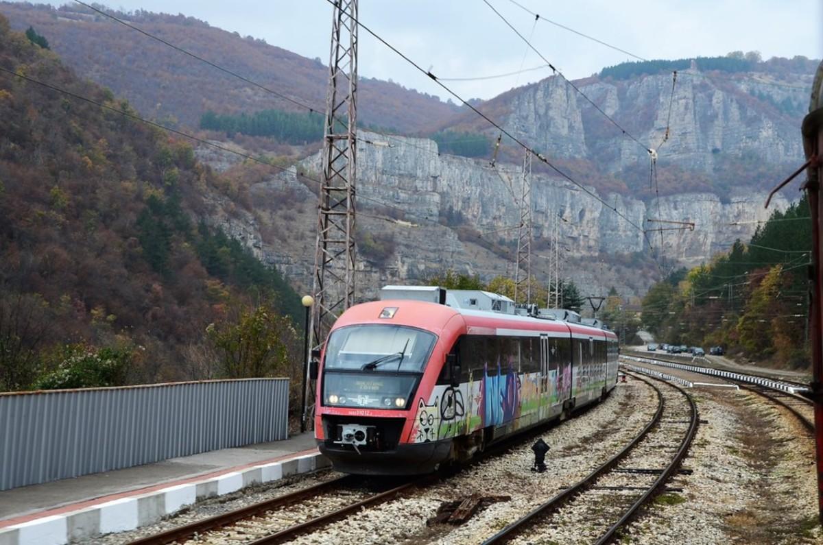 Путешествие на болгарских поездах в стиле граффити