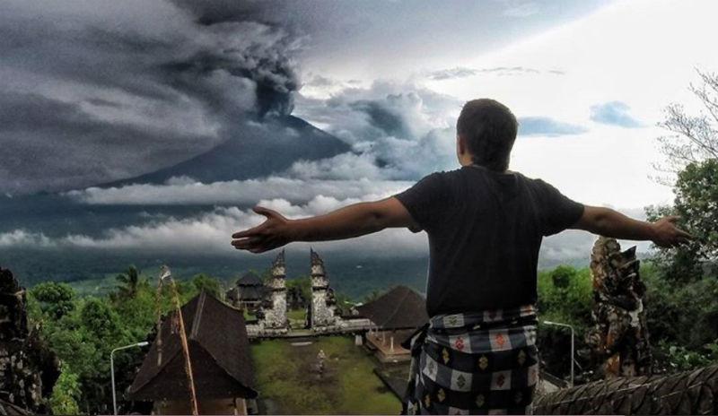 На Бали началось извержение вулкана Агунг, и десятки тысяч туристов не могут покинуть остров