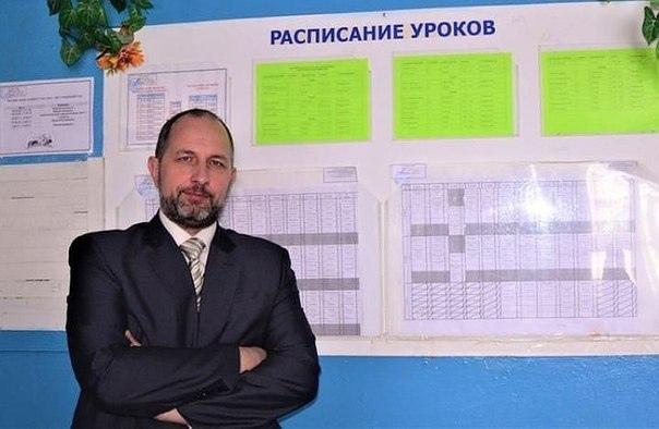 Директора новосибирской школы уволили за прыжки через костер без трусов в компании учеников