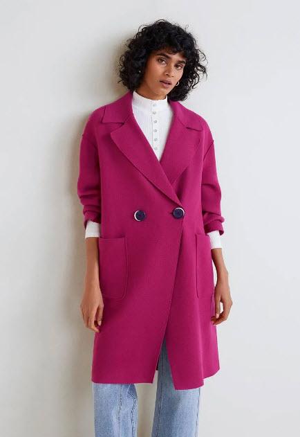 Модель в ярко розовом пальто оверсайз на пуговицах