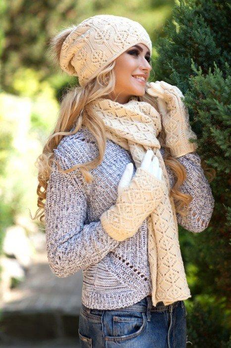 Комплект из шапки, шарфа и перчаток, выполненный в одном стиле, выглядит старомодно.